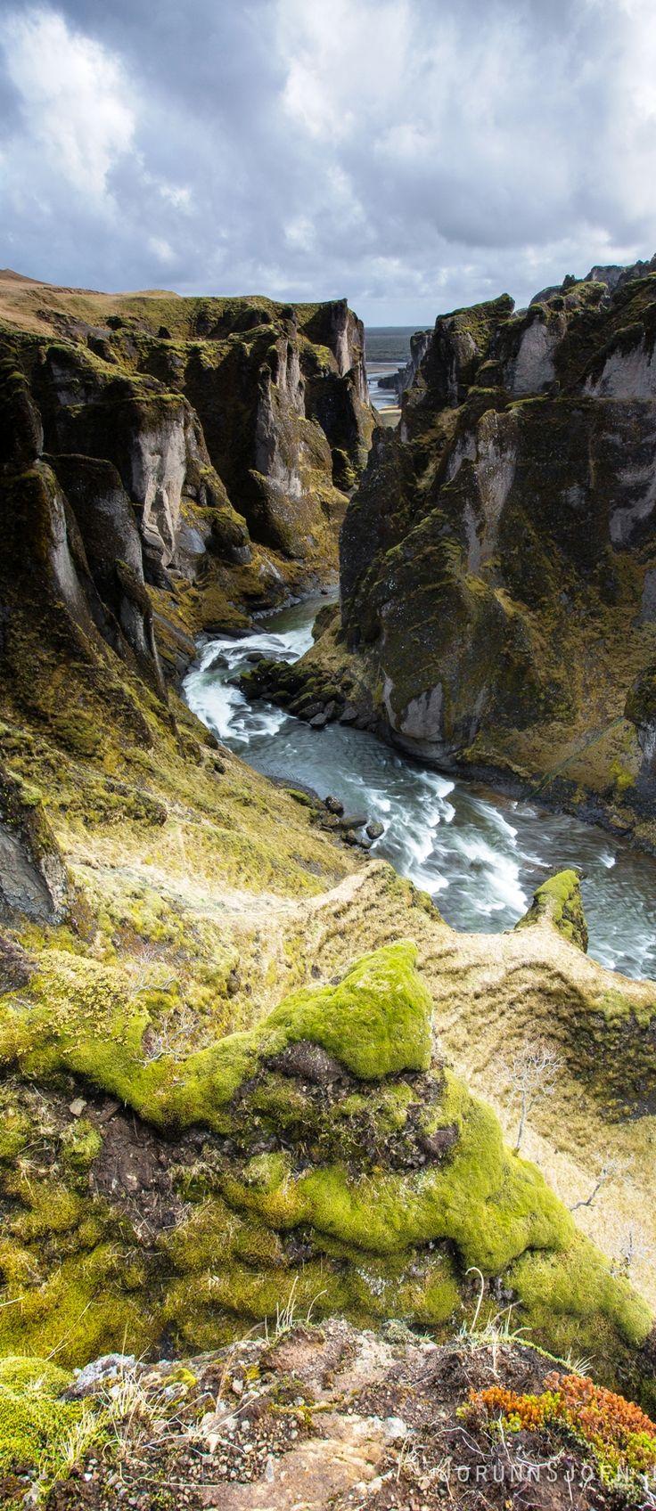 SUDURLAND, Fjaðrárgljúfur Canyon – Iceland . - 1) FJADRARGLIJUFUR est un canyon situé au S.E de l'Islande à environ 8 km de KIRKJUBAEJARKLAUSTUR. En certains endroits il atteint 100m de profondeur et sa longueur est d'approximativement 2 km. Il est traversé par la rivière éponyme FJADRA.