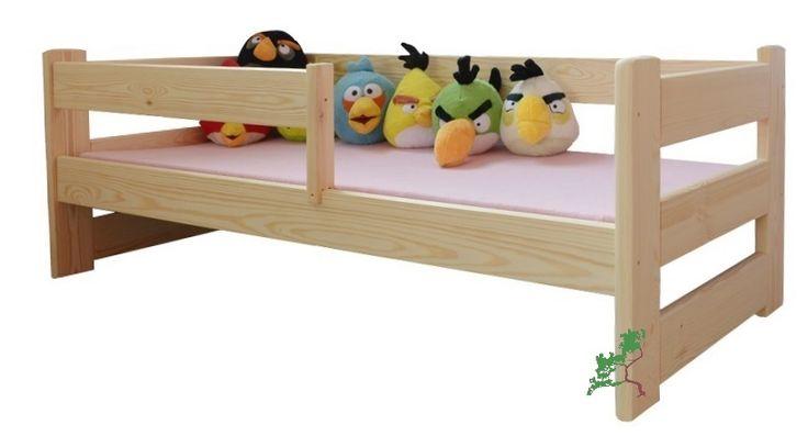 Klasyczne drewniane łóżko dziecięce z barierką, wykonane z litego drewna sosnowego.
