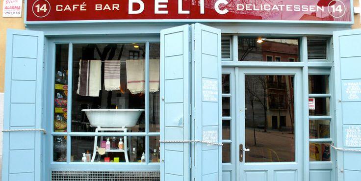 Café Delic se encuentra en Madrid en la C/ Costanilla San Andrés nº 14 y destaca por sus grandes y bellas puertas azules.