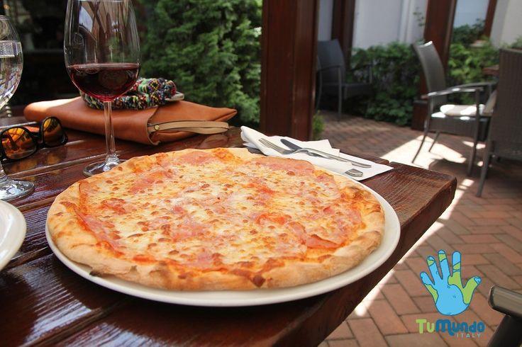 La pizza è un prodotto gastronomico salato che consiste in un impasto solitamente a base di farina e acqua che viene spianato e condito con pomodoro e mozzarella ed altri ingredienti, e cotto al forno. Originario della cucina napoletana, è oggi, insieme alla pasta, l'alimento italiano più conosciuto sia in Italia sia all'estero. * * * #TuMundoItaly #Viaggi #Viaggiare #viaggio #amici #italia #italy  #turismo #turista #cibo #pizza #pomodoro #mozzarella #basilico #napoli