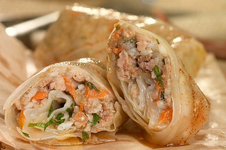 Kohlrouladen mit dieser pikanten, lockeren, Füllung bieten ein herrliches Geschmackserlebnis.    http://einfach-schnell-gesund-kochen.de/weisskohlrouladen/
