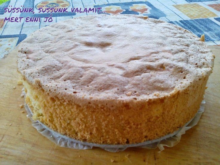 Nagyon szeretem ezt a piskótát, mert nem száraz, nem morzsálódik, egyszerű. Korábban kakaósan sütöttem, de az nem minden tortához megfelelő...