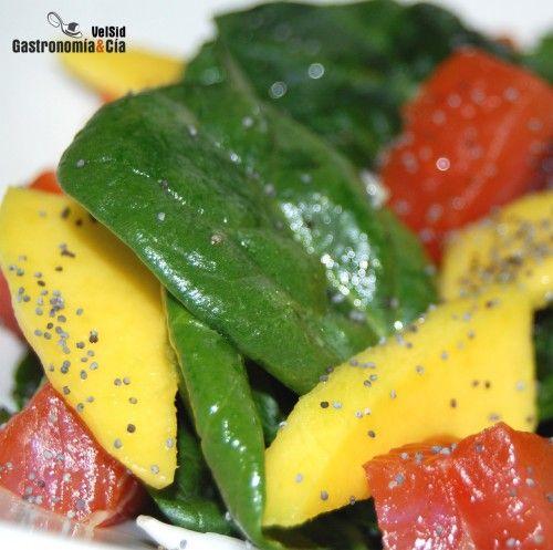 ensalada de espinaca y mango:500 gramos de espinacas frescas,  1 mango, 1 cebolleta, semillas de amapola, aceite de oliva y sal. También puedes aliñar la ensalada con una salsa de yogur.