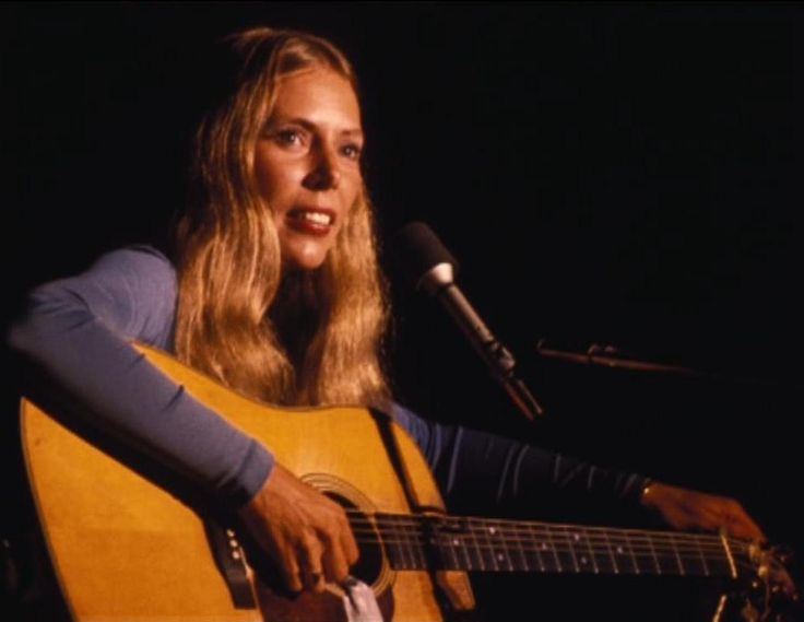 Joni Mitchell at the Troubadour, London in 1970  Photo by Henry Diltz