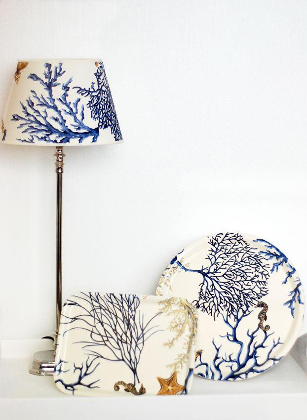 """Lampskärm """"Carnatic Blå"""" och brickor i samma mönster. Costal style lamp shade and trays. www.longcoastliving.se"""