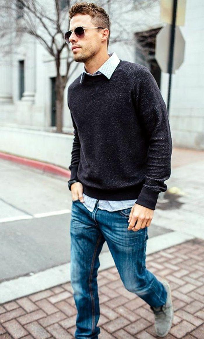 683839074d9 blaue jeans grauer pulli weißes hemd mann mit brille geht spazieren in die  stadt in trendy outfit