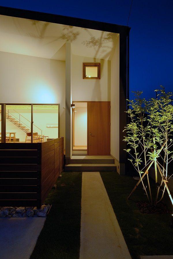 植栽と木塀の間を通って玄関へ、、、そんなアプローチの両脇には芝生が植えられています。夜には、写真のようにライトアップさせて昼間とはまた違った楽しみがあります。#株)kotori #kotori #トップライト #家具 #観葉植物 #SE構法 #重量木骨の家  #北欧 #おしゃれ  #付加価値 #資産価値 #ブランド #設計事務所 #設計 #工務店 #豊川市 #愛知県 #デザイン #豊橋市 #梁現し #ガルバ #玄関 #庭 #すてき  #植栽  #芝生 #優雅 #至福 #スローライフ #外構