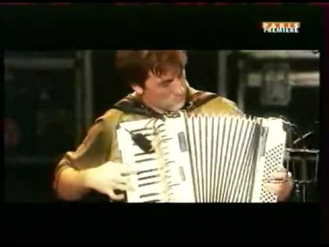 Maravilloso concierto de Yann Tiersen en Eurockéennes de Belfort. Un genio. Toca de maravilla el piano, el acordeón, el violín, el piano y el acordeón a la vez...
