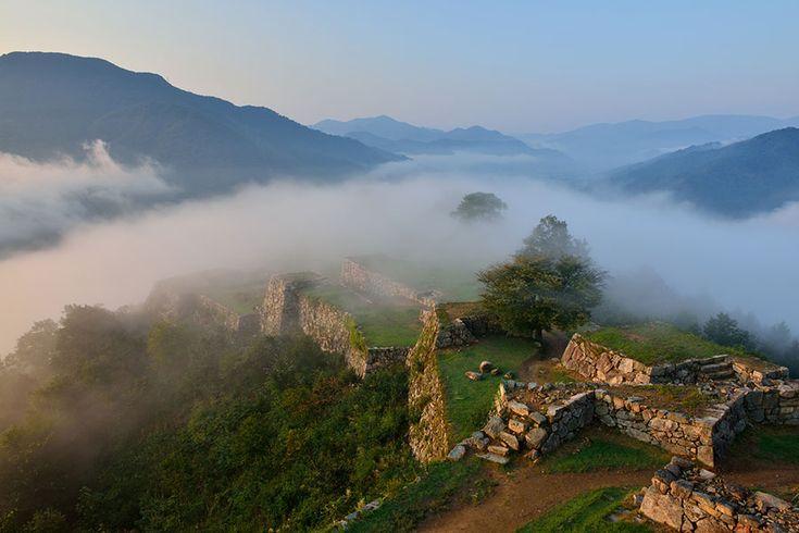 天空の城、日本のマチュピチュとも… これ神様に見守られてそう…!雲海に浮かぶ幻想的な日本のマチピチュ『竹田城跡』