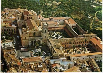 Кафедральный собор Монреале -  вид_сверху.  Кафедральный  собор  в  Монреале,  Палермо,  Сицилия.  Duomo di Monreale или Santa Maria Nuova) .