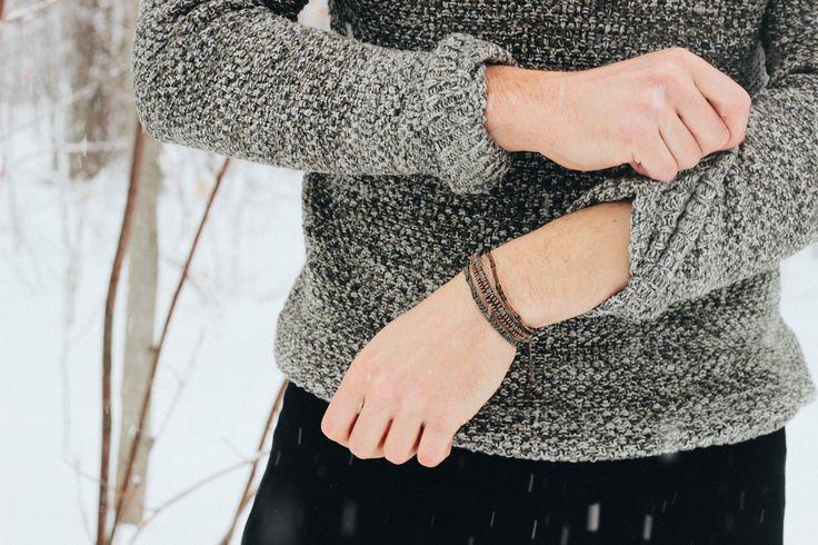 Vinterlook, presenterad av Wakami Canada. Wakamis armband (här ett All One Complements för män) och halsband säljs i Sverige av masomenos.se – Look good. Do good.