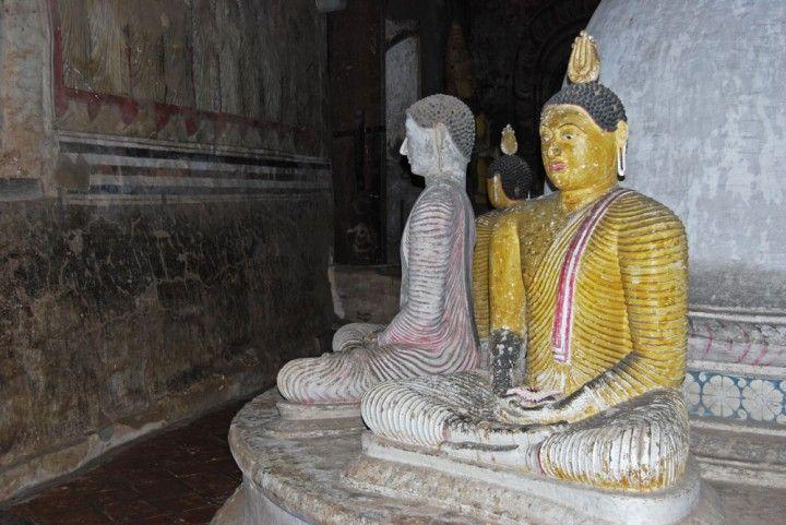 Ein Roadtrip quer durch Sri Lanka. Unterwegs auf monsunverwaschenen Straßen, vorbei an Tempeln, begleitet von den Göttern.