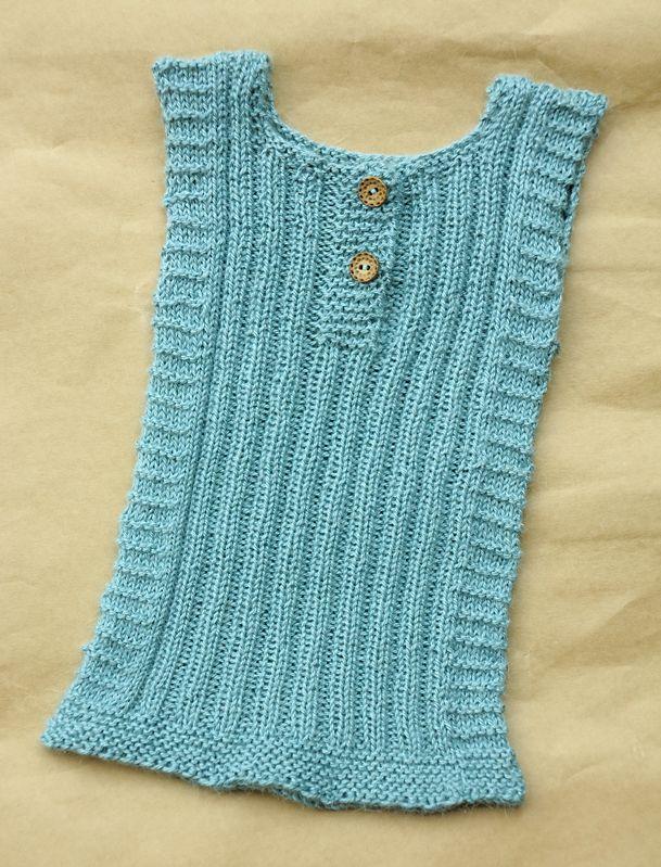 Klassisk babyvest eller undertrøje – men uden sømme Printvenlig opskrift Størrelse: 0 – 6 måneder Strik denne undertrøje i et blø...