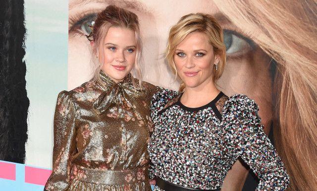 <p>LIKHET: Da Reese Witherspoon dukket opp på den røde løperen med dattera Ava, var det flere som mente at de var prikk like. I matchende, metalliske kjoler fikk de to blitsregnet til å hagle. Foto: NTB scanpix</p>