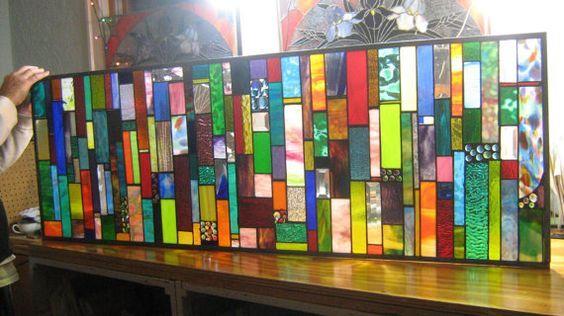 PRACHTIG! Dit panel heeft zoveel om naar te kijken. Uit de mooie kleurencombinaties aan het glas van de prachtige kunst gekozen. Uit de goede tot zeer getextureerde glas keuzes. Gem verdeling en variatie om te ontruimen van schuine kanten. SIZE DOES MATTER. DIT IS AL VERKOCHT MAAR IK KAN EEN SOORTGELIJKE DWARSREGEL ALLEEN VOOR JOU!  Hier is een 60 X 20 die paneel in schitterende kleuren ontworpen en veel edelstenen samen met schuine randen. Dit was aangepaste besteld en gekocht als een…