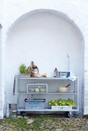 Isn't this great? A cool outdoor kitchen by House Doctor! | Is dit niet fantastische? Stoere buiten keuken van House Doctor!