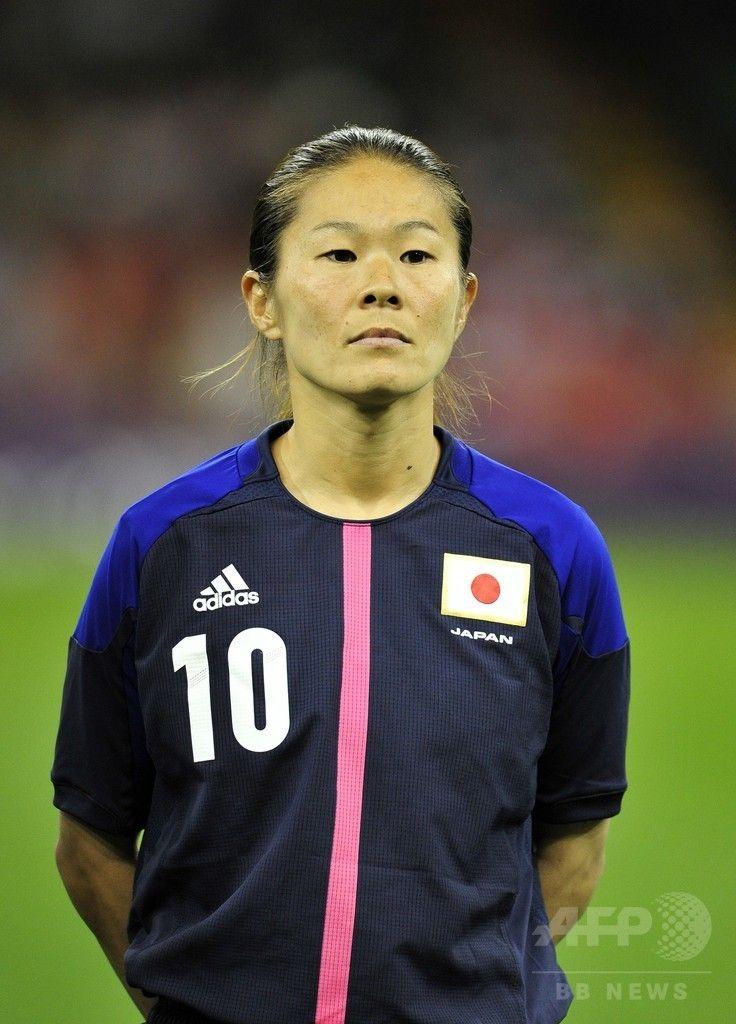 ロンドン五輪、女子サッカー準々決勝、ブラジル対日本。試合開始を待つ澤穂希(2012年8月3日撮影)。(c)AFP/GLYN KIRK ▼2May2015AFP|なでしこジャパンがW杯出場メンバー発表、澤が代表復帰を果たす http://www.afpbb.com/articles/-/3047209 #澤穂希 #Homare_Sawa #London_2012