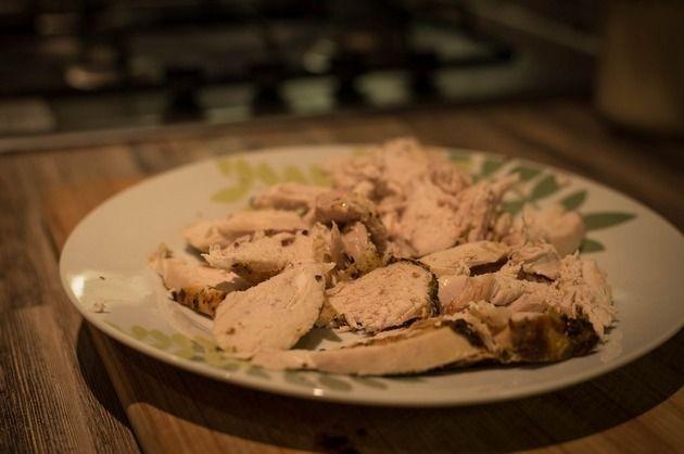 Ori de câte ori asociezi carnea cu salata de legume iese un preparat savuros! Iată un exemplu gustos, savuros şi consistent: piept de pui cu salată de varză!