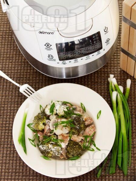 Пилешко с броколи, гъби, арпаджик и заквасена сметана в Делимано Мултикукър - снимка на рецептата
