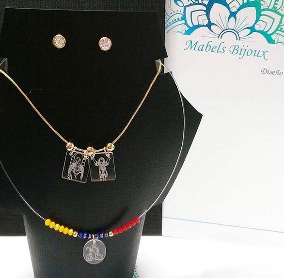 Mabels Bijoux cadena en hilo chino dorado y dijes escapularios y fantasmita tricolor Venezuela