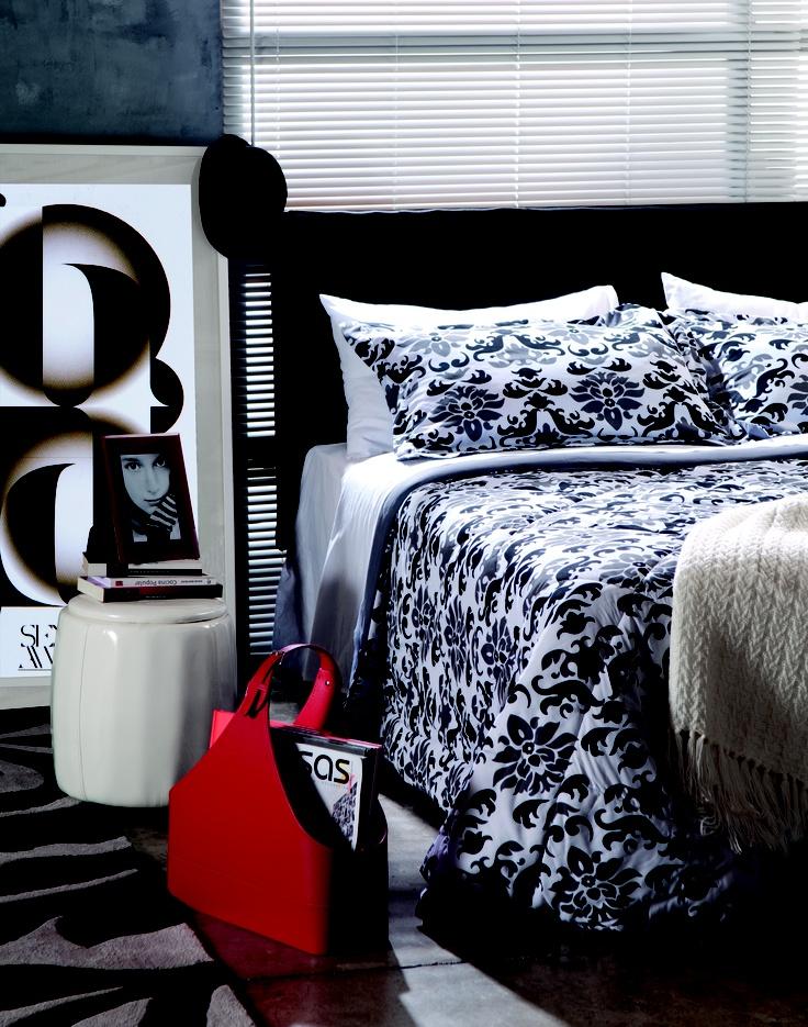 En esta habitación tenemos la mezcla de tendencias: los colores blanco negro y rojo con un estilo moderno y los muebles ecológicos de eco cuero. #Tendencia #EcoCuero #Decoracion www.easy.cl