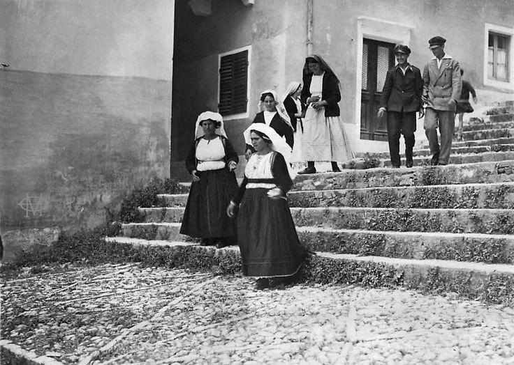 Κέρκυρα, περίοδος Μεσοπολέμου, κατεβαίνοντας τα σκαλιά της Αντιβουνιώτισσας. Αρχείο Θεόδωρου Μεταλληνού.