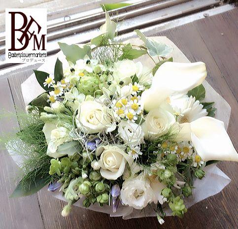 花ギフトのプレゼントBFM 白のバラとカラーを使ったお供えのフラワーアレンジメント