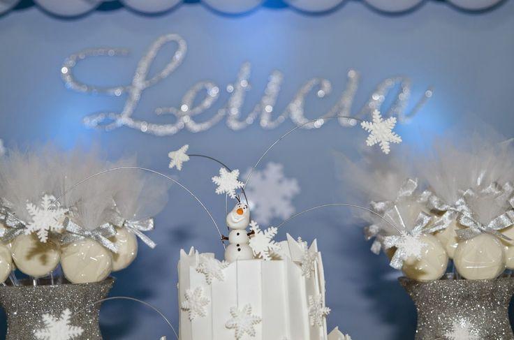 Para a festa de 9 anos da Letícia o tema escolhido por ela foi Frozen.  Na mesa principal, o Bolo incrível de 4 andares no topo com flocos ...