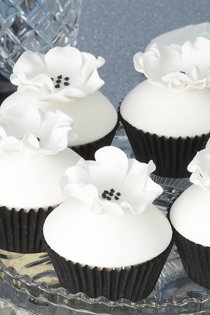 beautiful cupcakes from Sweet cupcakes and treatsBeautiful Cupcakes, White Cupcakes, White Flower, Black And White, Black Ties Affairs, Black White, Breakfast At Tiffany, Flower Cupcakes, Cupcakes Black