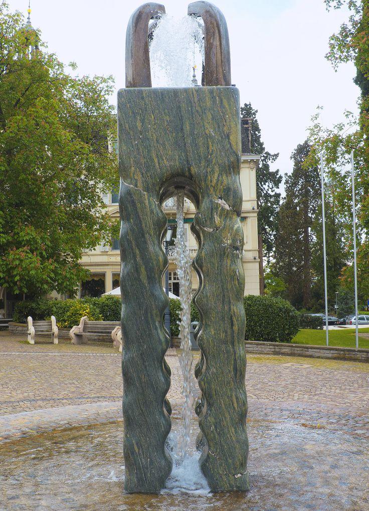 ein moderner Brunnen direkt vor dem Hotel Römerbad in Badenweiler