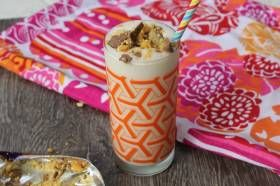 INGREDIENTS 30ml caramel syrup 100ml milk 5 scoops honey comb ice cream 1 tbsp whipped cream, optional 25g crunchy chocolate bar, crushed DIRECTIONS Place the caramel syrup, milk and ice cream into the 600ml bottle; securely attach the removable wave blade holder to the bottle. Secure the bottle onto the motor base and press the 'PULSE/BLITZ' butto...