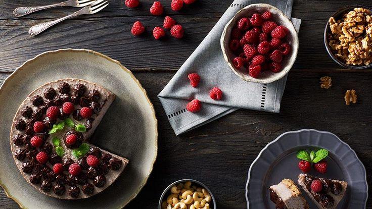 Nepečené koláče sa tešia veľkej obľube hlavne v lete. Vyskúšajte recept Adriany Polákovej na nepečenú tortu plnú ovocia a orieškov. Recept nájdete na stránke kuchynalidla.sk.