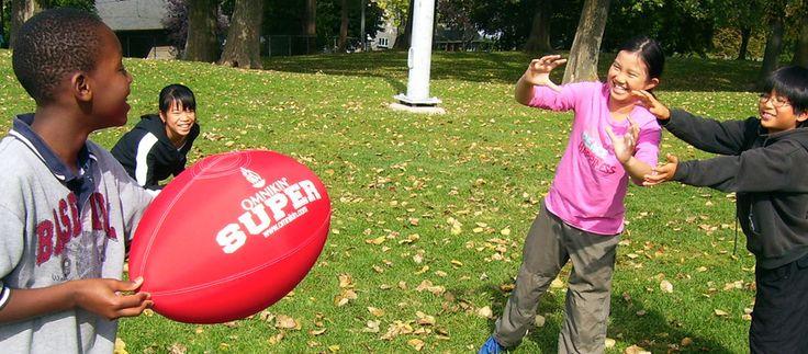 Un merveilleux ballon de football géant aussi excitant que facile à manipuler et à botter. Enseignez l'esprit sportif, la compétition et la stratégie sans contact physique. Le ballon Omnikin Super: à découvrir