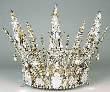 The Crown of Aerona, treated as a relic among the Vandalese it is forbidden for anyone but the High Priestess to touch it. History says that the crown was given to Aerona by the Ghawdian Queen Gamila as a sign of friendship and peace.