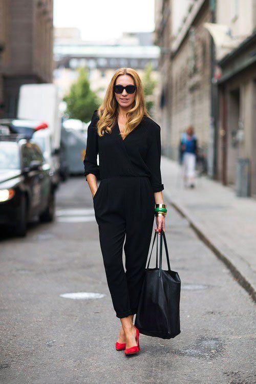 Девушка в черном комбинезоне и красных туфлях