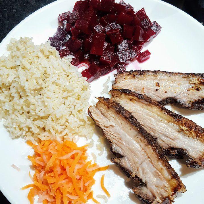 Buikspek is een van de lekkerste stukjes vlees en qua bereiding zeer vergevingsgezind. Het is niet moeilijk en echt de moeite van het proberen waard.