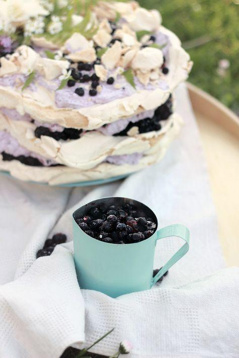 Torcik bezowy z musem jagodowym/ Pawlowa with blueberry mousse