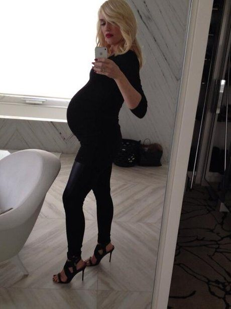Gwen Stefani showing off her baby bump in black