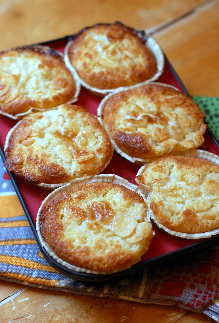 Klassisk toscatårta går utmärkt att göra som mindre kakor eller muffins om man inte har storkalas på gång. Det här receptet räcker till tolv formar.kaksmet: 125 gram smör 2 dl socker 2 ägg 1 1/2 dl mjölk 4 1/2 dl vetemjöl 2 tsk bakpulvertoscasmet: ½ dl smör ½ dl socker 1 msk vetemjöl 1 msk mjölk