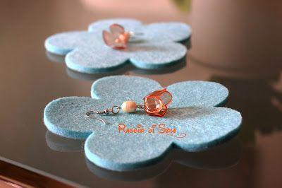 Orecchini corti, realizzati adoperando un fiorellino a campanula arancione e una finta perla tonda in madreperla. #orecchini #plastica #riciclo #handmade