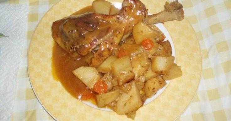 Εξαιρετική συνταγή για Μπούτια γαλοπούλας με πατατούλες στο φούρνο. Ζουμερά μπούτια γαλοπούλας με πατάτες στο φούρνο και σάλτσα.