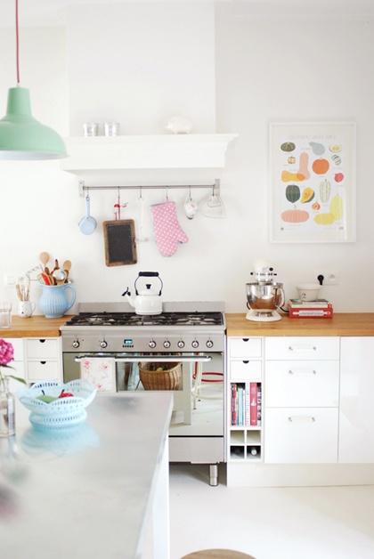 Cuisine blanche et plan de travail en bois clair + touches de couleurs pastels, c'est frais !.