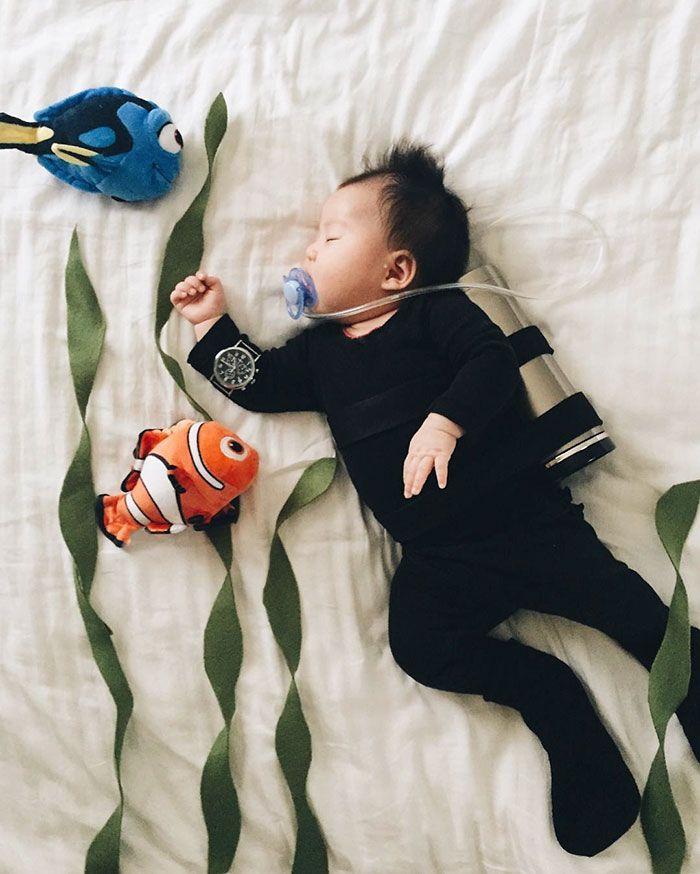 Esta bebé durmiente no sabe que se convierte en estrella del cosplay durante sus…