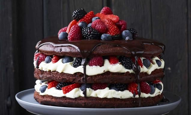 Saftig chokoladekage med bær og hvid chokolademousse - Denne saftige chokoladekage har en fyldig smag af chokolade som bliver løftet op af de friske, dejlige bær.