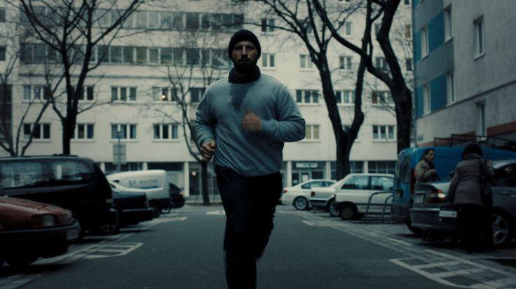 """""""Risse im Beton"""": Zwei Männer zerrissen vom rauen Leben in Wien - Umut Dag ist ein starker Film über ein Milieu voll Gewalt und Macht gelungen. Zur Filmkritik: http://www.nachrichten.at/freizeit/kino/filmrezensionen/Risse-im-Beton-Zwei-Maenner-zerrissen-vom-rauen-Leben-in-Wien;art12975,1503183 (Bild: Filmladen)"""
