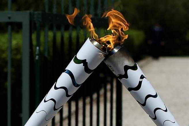 2016巴西里約奧運即將登場,這場每四年才舉行一次的體壇盛事,吸引著全球人的目光。而在正式開始前,最受到眾人關注的一項活動便是「聖火傳遞」,今年的奧運聖火也於4月21日希臘雅典的古代奧林匹亞神廟點燃,5月3日時也抵達此次舉辦國巴西繼續傳遞,這次聖火將經過巴西328座城市,並將在8月4日抵達里約熱內盧,主火炬也會在8月5日這天正式點燃,宣告奧運正式開始。從1936年柏林奧運會開始,聖火傳遞變成了奧運開始前的重要儀式,…
