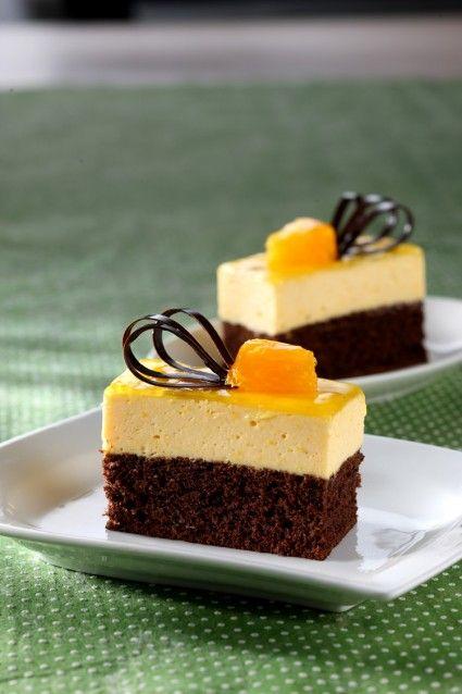 Wow.... chocolate orange mousse cake. Sajian nan lembut yang pas dinikmati dingin ini sangat cocok untuk hidangan penutup.