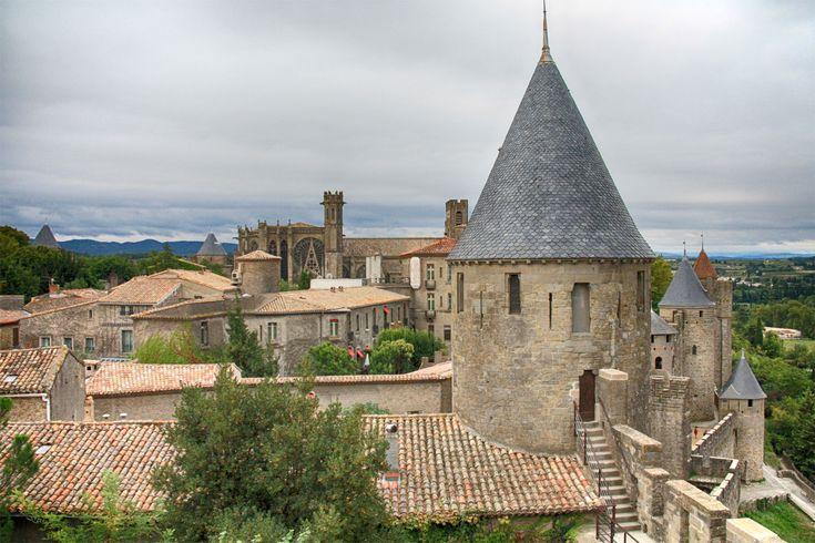 Een dagje Carcassonne | Op de achtergrond de Basilique Saint-Nazaire. Rechtsvoor een van de vele ronde torens. Bij de restauratie koos architect Viollet-le-Duc voor leisteen, wat echter in deze regio niet echt gebruikelijk is. Dat kwam hem in de loop der tijd op veel kritiek te staan.