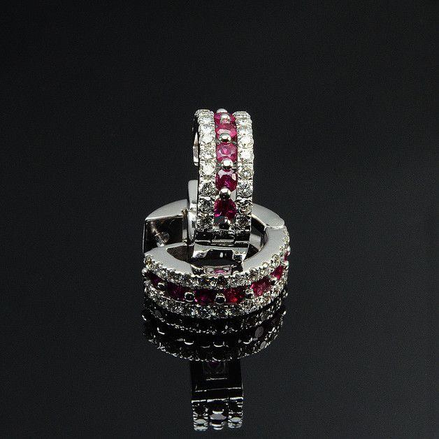 Orecchini in oro 18KT con diamanti taglio brillante e rubini, prodotti in Italia con manifattura interamente artigianale.