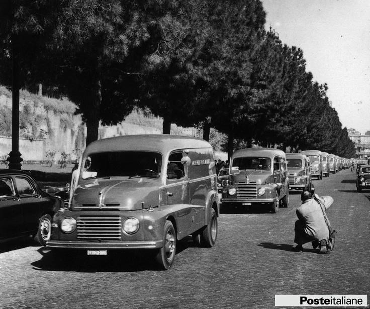 Automezzi delle Poste e Telecomunicazioni: sfilata dei furgoni postali. Foto scattata nel 1962.